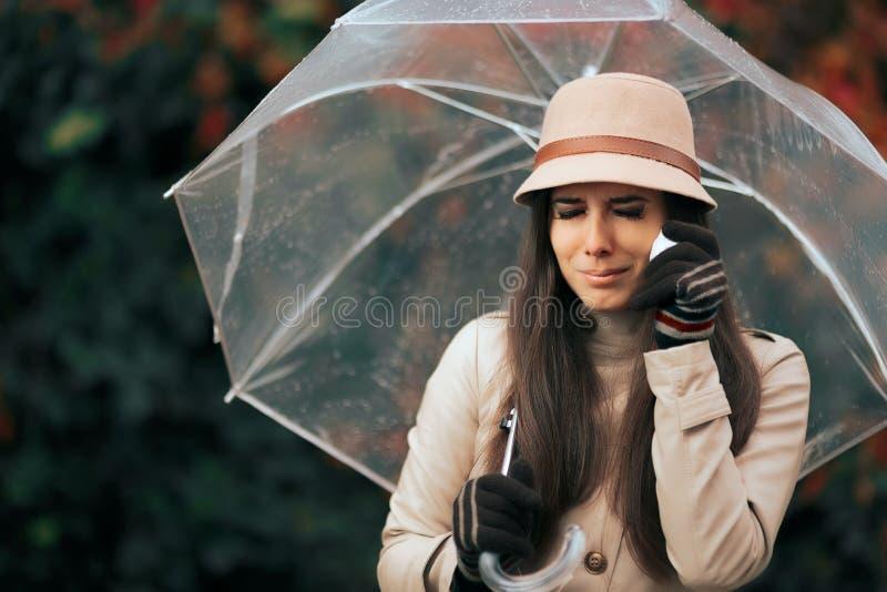 Traurige Frau, die Regenschirm in Autumn Rain Crying hält stockbild
