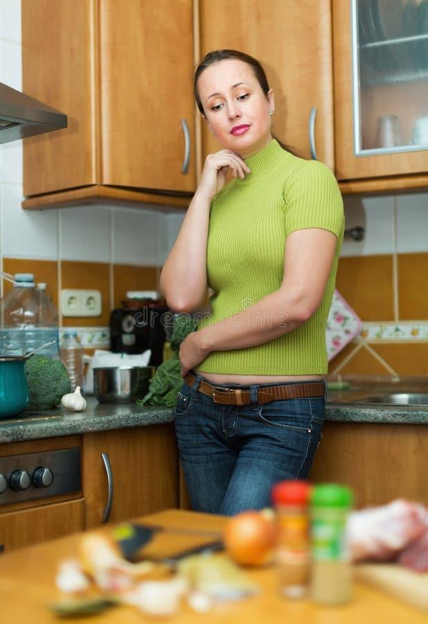 Traurige Frau ermüdet, um zu kochen stockbild