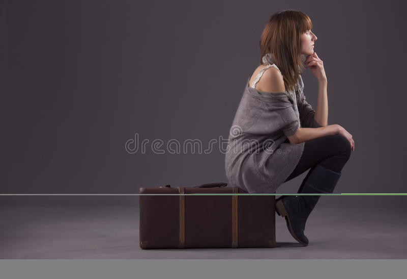 Traurige Frau mit Gepäck stockfoto