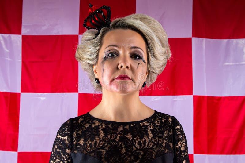 Traurige Frau mit Krone im hysterischen Anfall stockbild