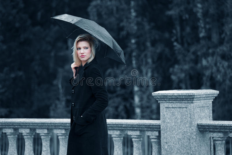 Traurige Frau mit Regenschirm lizenzfreie stockfotos