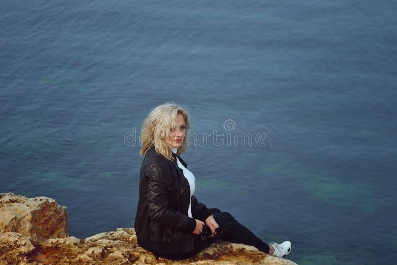 Traurige Frau nahe dem Meer stockfotografie