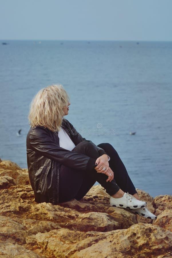 Traurige Frau nahe dem Meer stockfoto