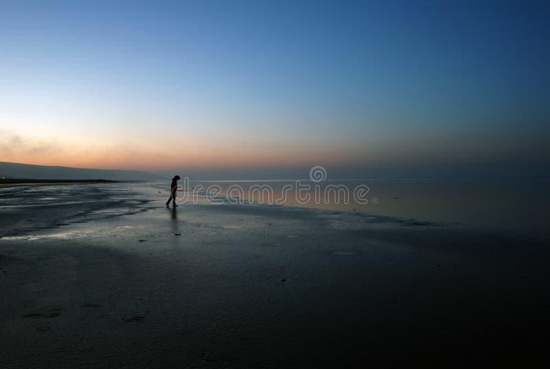 Traurige Frau nahe See lizenzfreie stockbilder