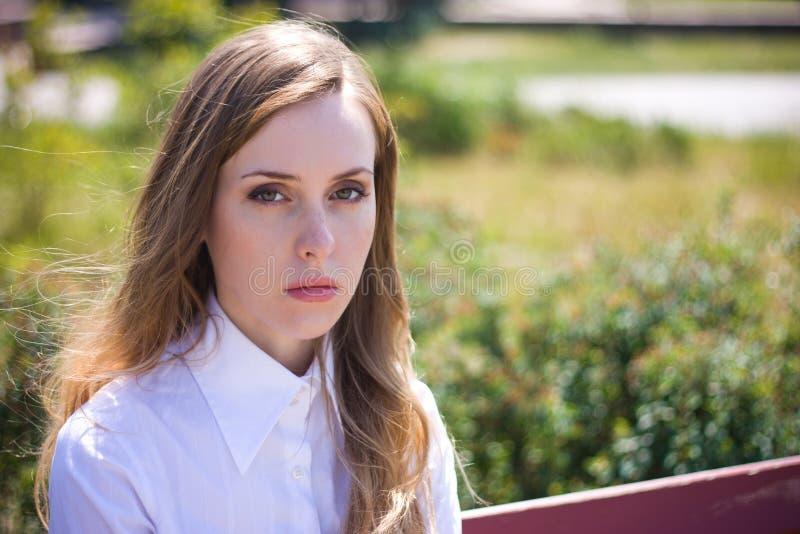 Traurige Frau untersucht Kamera lizenzfreie stockfotos