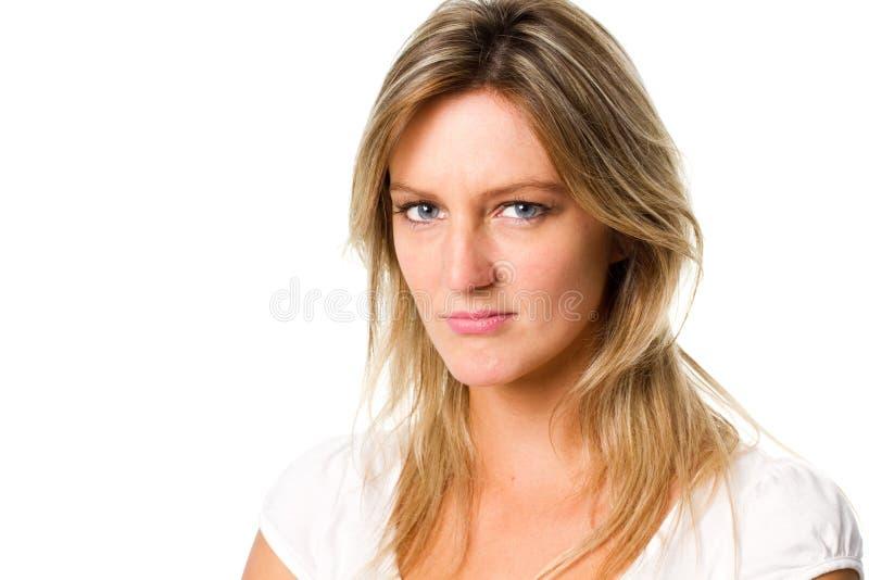 Traurige Frau, welche die Kamera betrachtet stockfoto