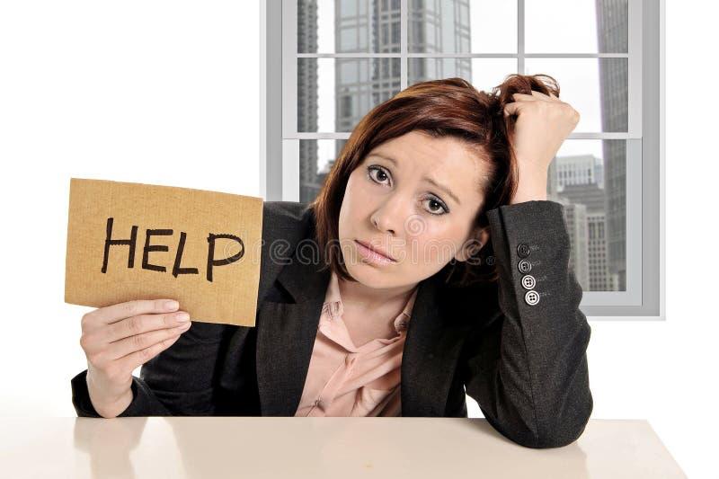 Traurige Geschäftsfrau im Druck bei der Büroarbeit bitten um Hilfsdas sitzen frustriert stockbilder