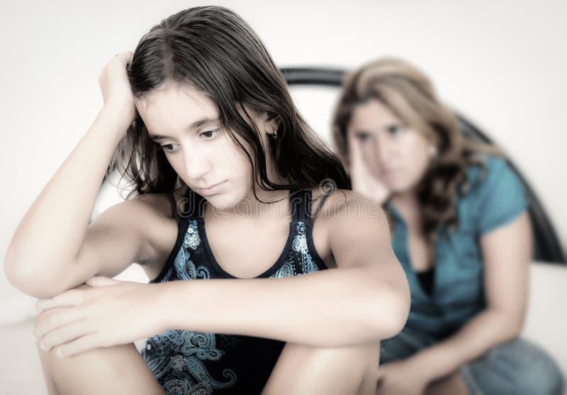 Traurige Jugendliche und ihre besorgte Mutter lizenzfreies stockfoto