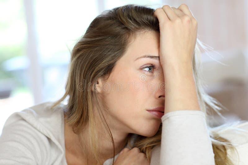 Traurige junge Frau lizenzfreie stockbilder