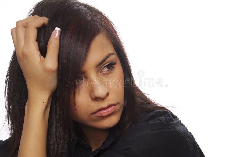 Traurige junge Frau, die hinunter schaut (fungierend) lizenzfreie stockfotografie