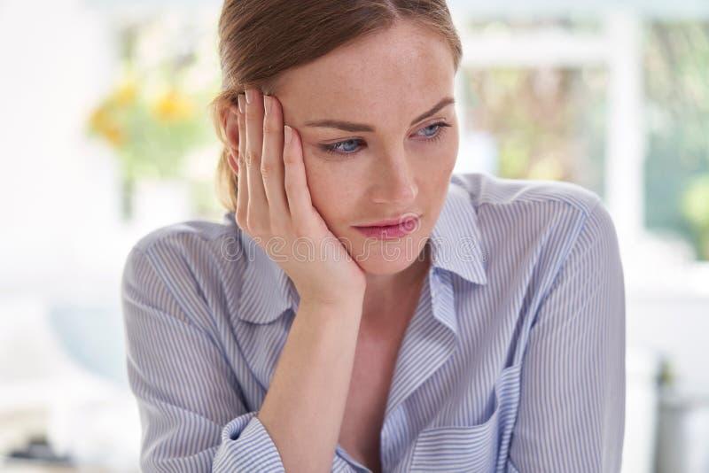 Traurige junge Frau, die unter Krise mit Kopf in den Händen leidet lizenzfreie stockbilder
