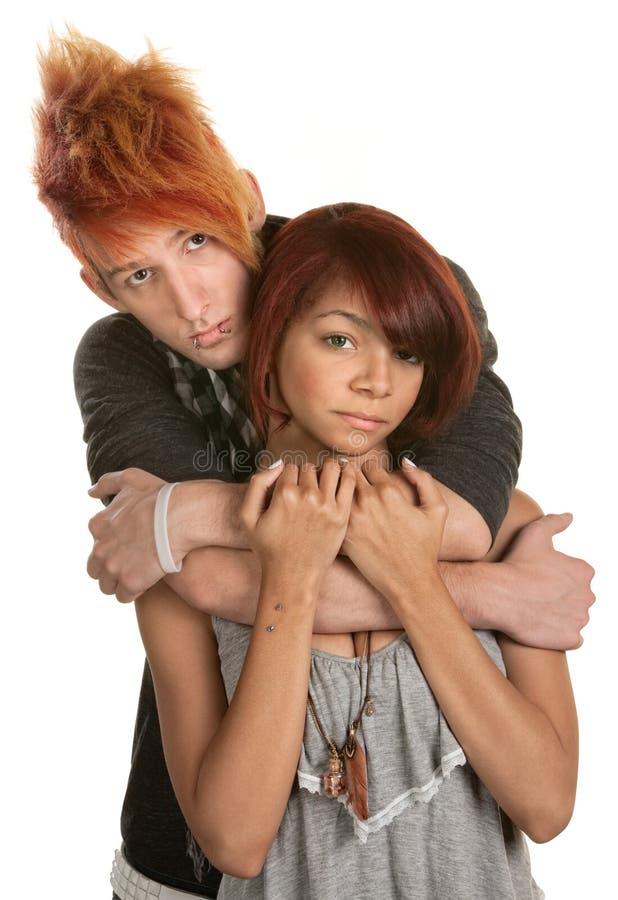 Traurige junge Paar-Umarmung stockbilder