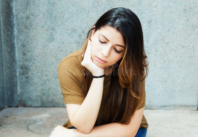 Traurige lateinamerikanische junge erwachsene Frau lizenzfreies stockfoto