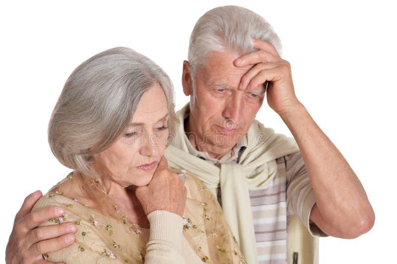 Traurige ?ltere Paare lokalisiert auf wei?em Hintergrund lizenzfreie stockfotografie