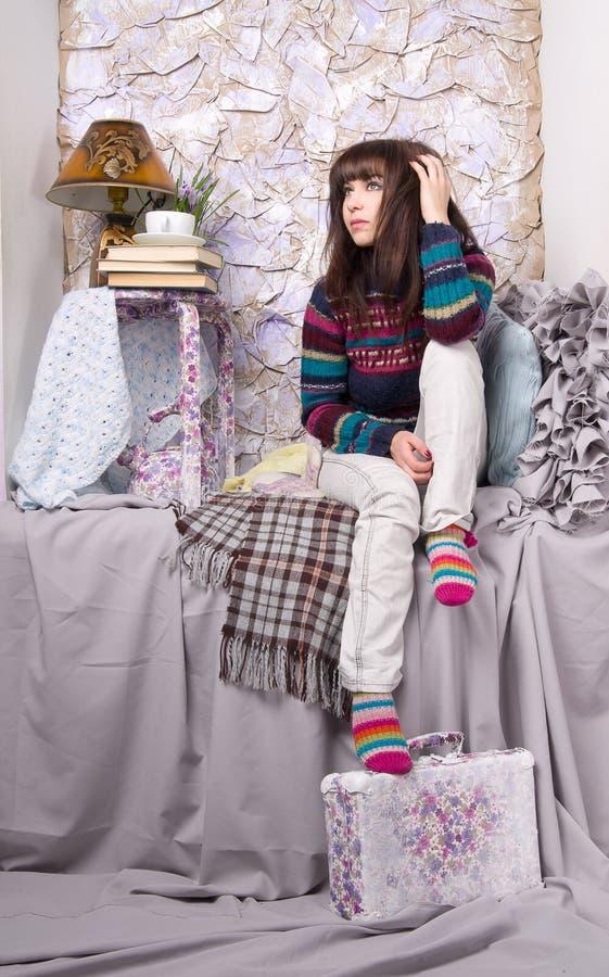 Traurige Mädchenwinterkleidung lizenzfreie stockbilder