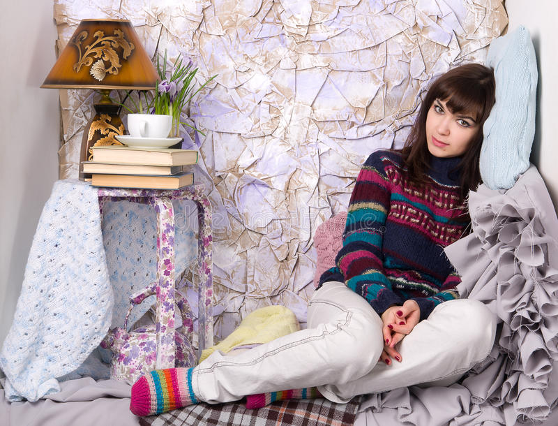 Traurige Mädchenwinterkleidung lizenzfreie stockfotografie