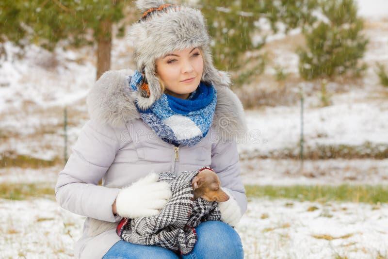Traurige M?dchenumarmung, die ihren Hund am kalten Tag w?rmt lizenzfreie stockfotografie