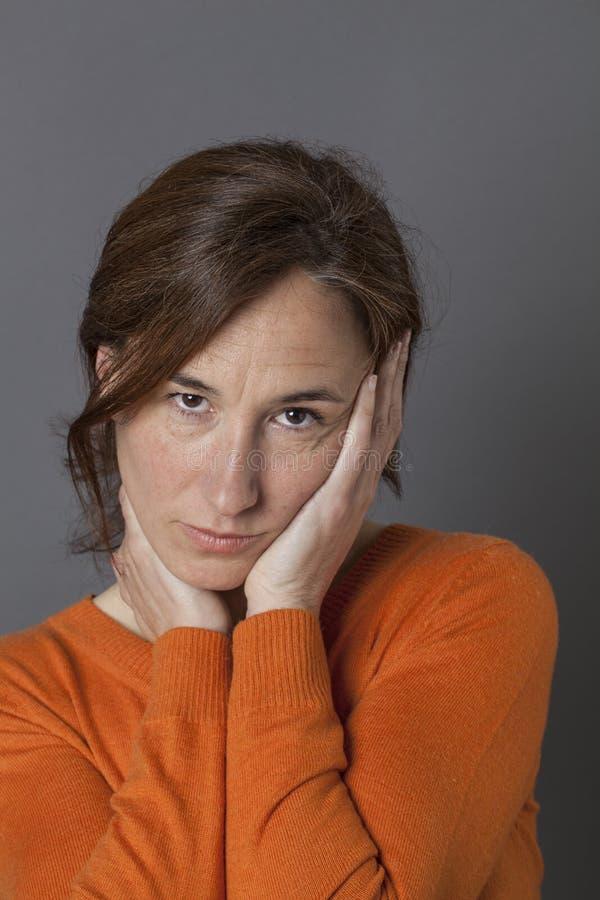 Traurige mittlere Greisin, die Saisonblau für Krise hat lizenzfreie stockfotos