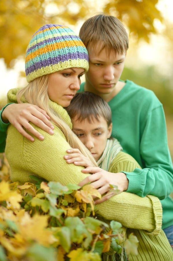 Traurige Mutter mit ihren Söhnen lizenzfreies stockbild