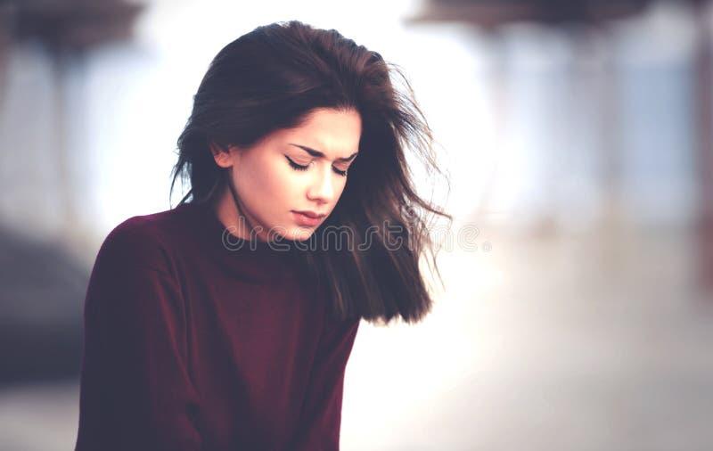 Traurige nachdenkliche Frau auf dem Strand lizenzfreie stockfotografie