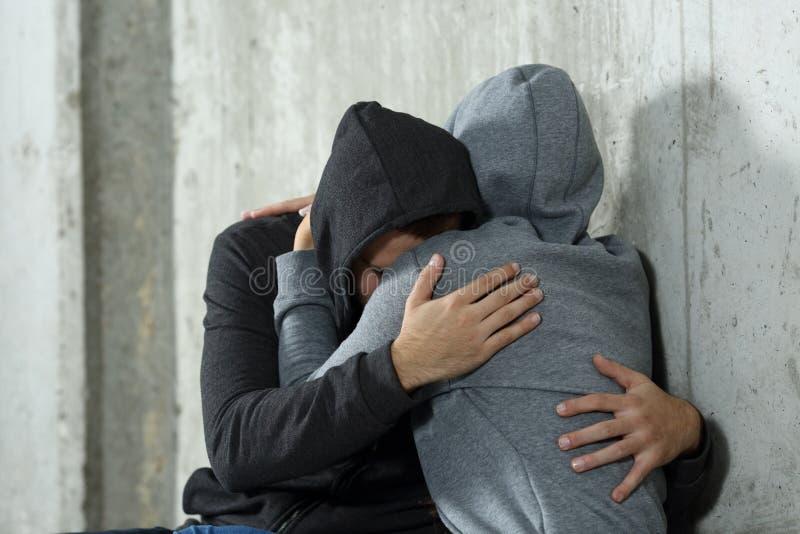 Traurige Paare des Teenagers während der Versöhnung stockfoto