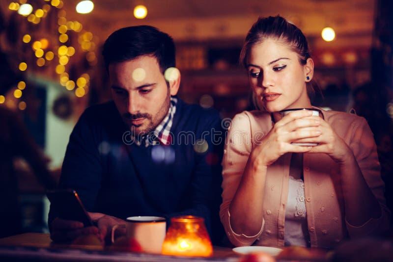 Traurige Paare, die Konflikt- und Verhältnis-Probleme haben lizenzfreie stockfotos