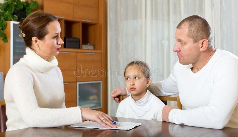 Traurige Paare mit Kindern stockbild