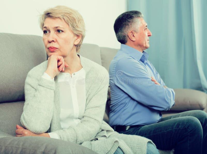 Traurige Paare von mittlerem Alter, die zu Hause mit einander streiten stockfoto