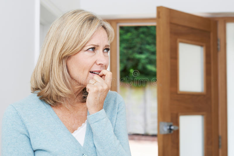 Traurige reife Frau, die unter der Agoraphobie schaut aus offenem heraus leidet stockfoto