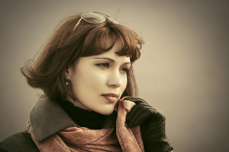 Traurige schöne Modefrau im roten Schal im Freien stockfotos