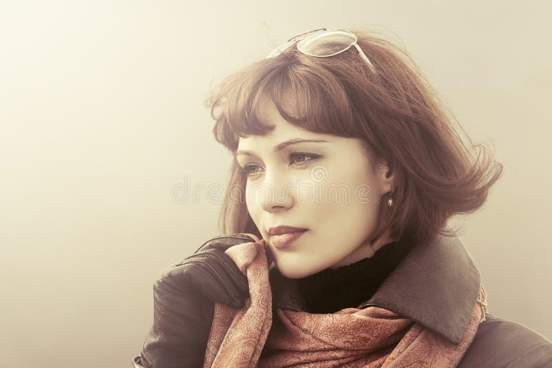 Traurige schöne Modefrau im roten Schal im Freien lizenzfreie stockfotos