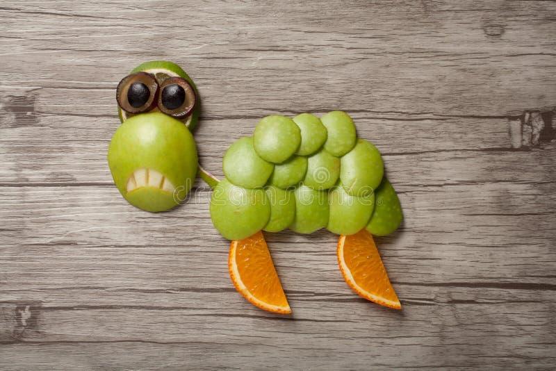 Traurige Schildkröte gemacht vom Apfel lizenzfreie stockfotos