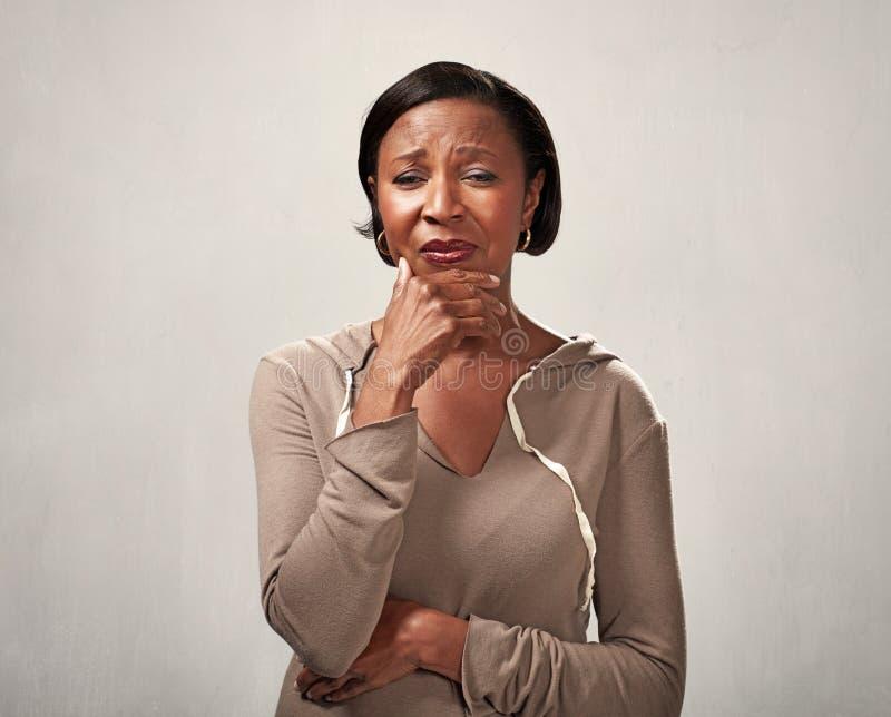 Traurige schreiende schwarze Frau lizenzfreies stockbild