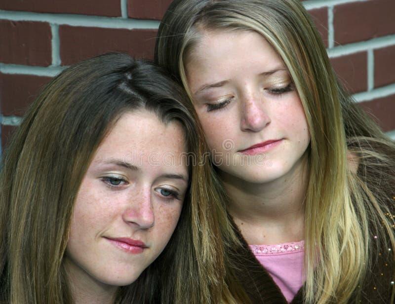 Traurige Schwestern stockfotografie