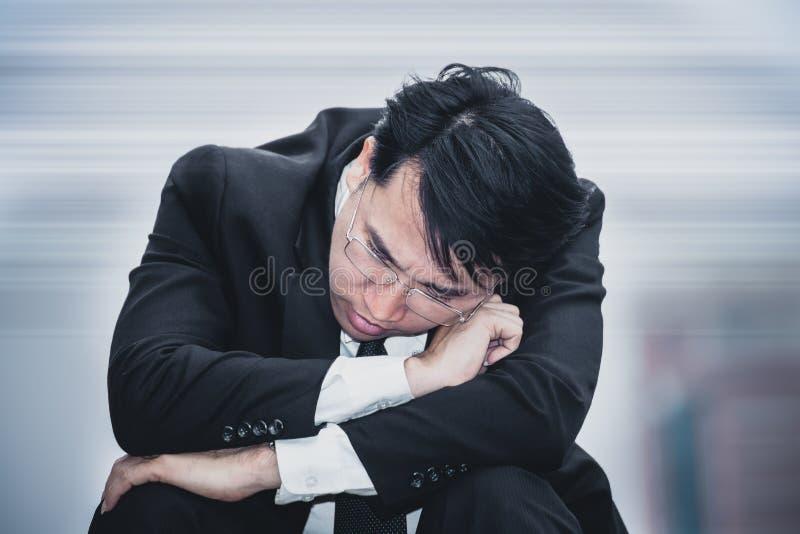 Traurige Sorge des asiatischen Geschäftsmannes ermüdete und Kopfschmerzen, Druck am workpl lizenzfreie stockfotografie