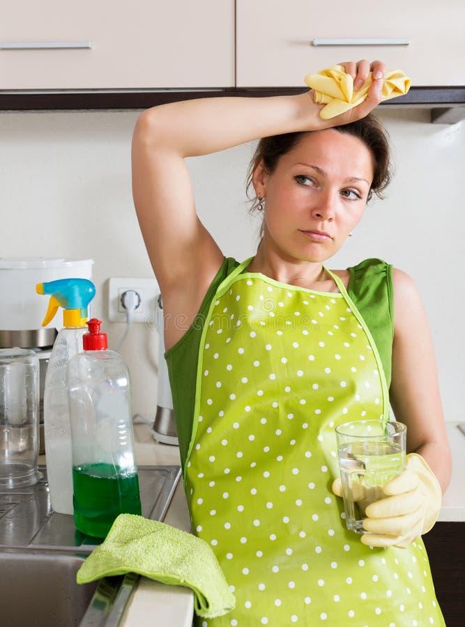 Traurige weibliche Reinigungsmöbel stockfotos