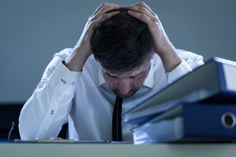 Trauriger, überarbeiteter Geschäftsmann lizenzfreie stockbilder