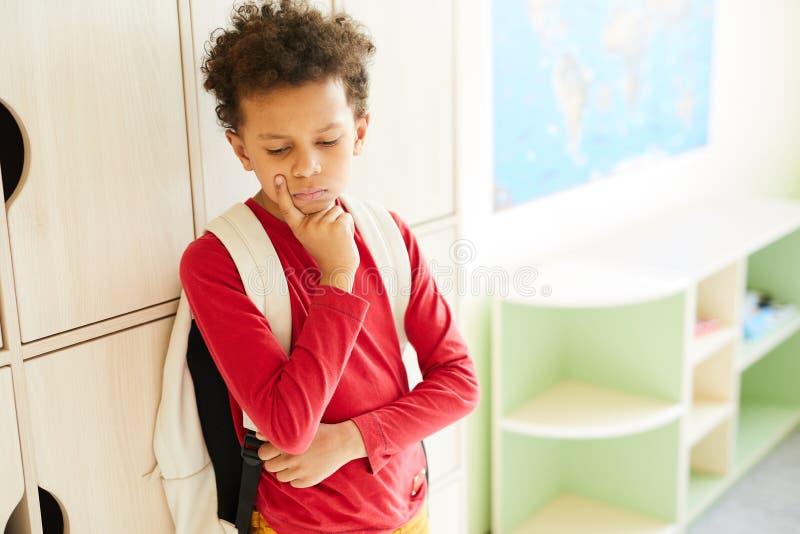 Trauriger afrikanischer Junge, der unter der Einschüchterung leidet lizenzfreie stockbilder
