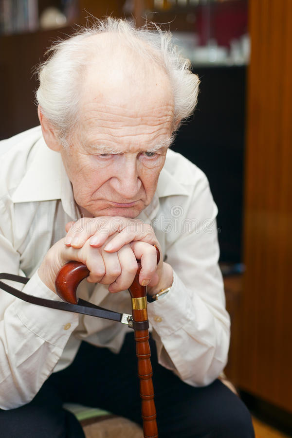 Trauriger alter Mann lizenzfreie stockbilder