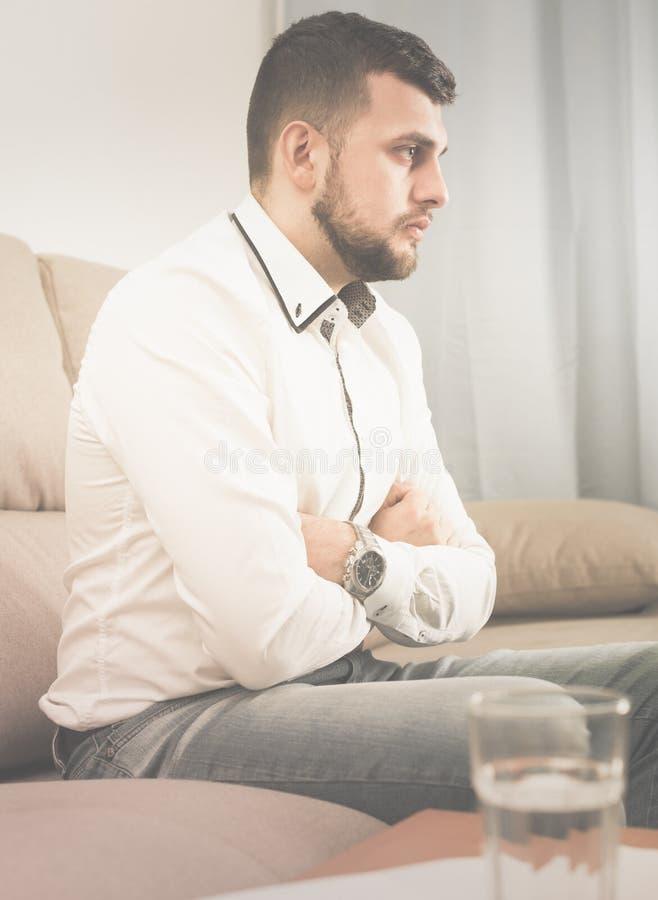 Download Trauriger Ausgabentag Des Jungen Mannes Allein Stockbild - Bild von introvert, europäisch: 90236713