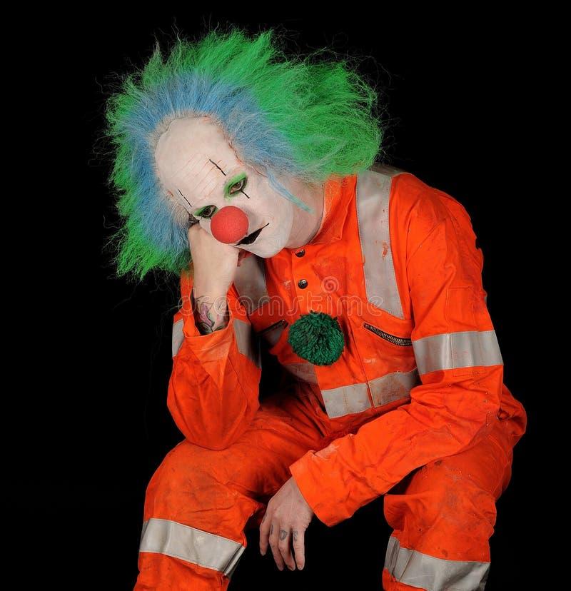 Trauriger Clown auf schwarzem Hintergrund stockfoto