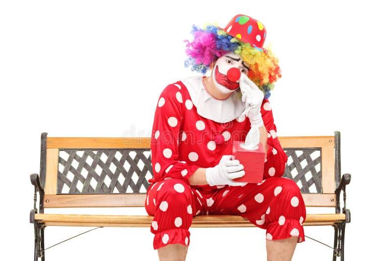 Trauriger Clown, der seine Augen vom Schreien abwischt lizenzfreie stockfotos