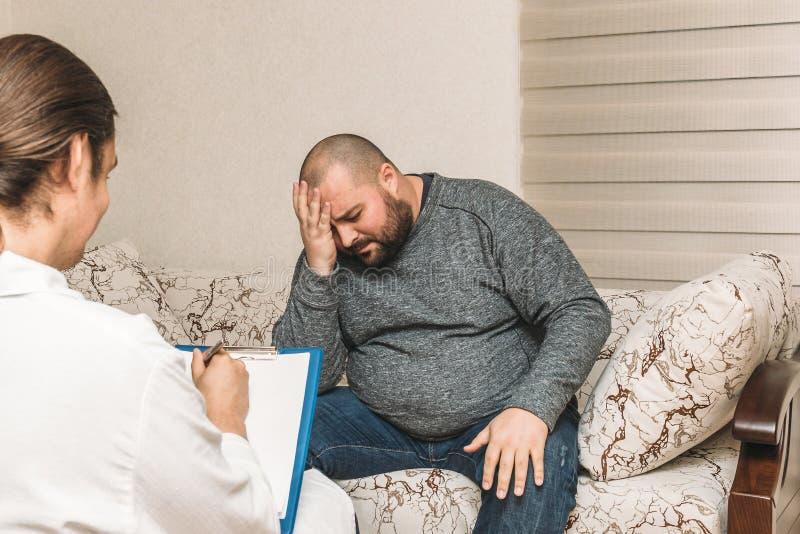 Trauriger dicker Mann an der Psychologeberatung lizenzfreie stockfotos