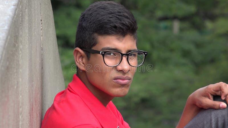 Trauriger gefühlloser jugendlich Jungen-tragende Gläser stockbild