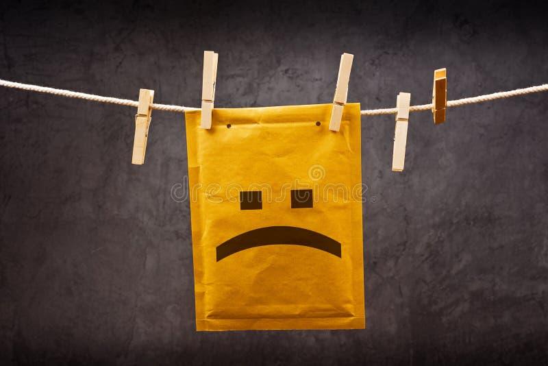 Trauriger Gesicht Emoticon auf Post Umschlag stockfoto