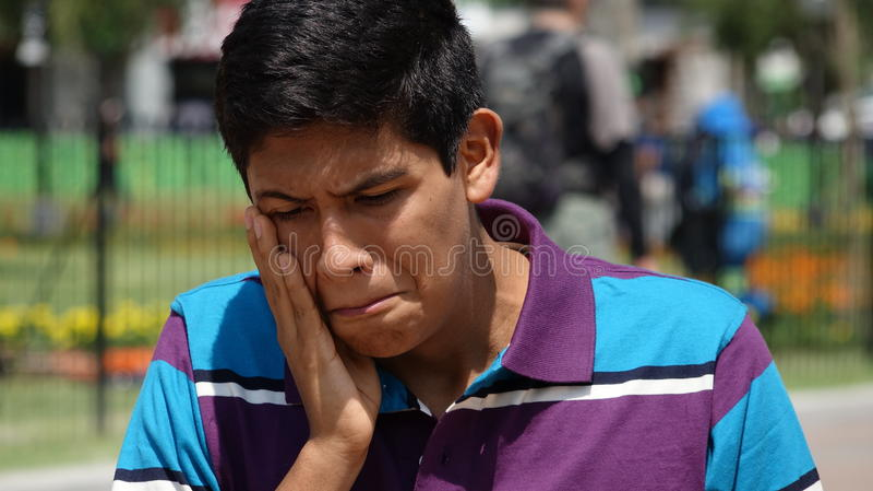 Trauriger jugendlich Junge oder Zahnschmerzen stockbild