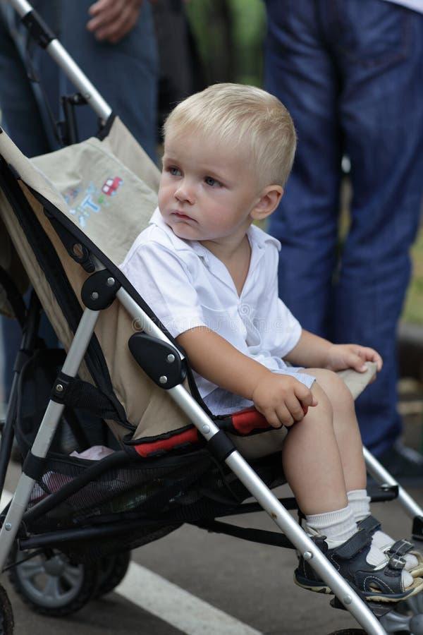 Trauriger Junge im Kinderwagen lizenzfreies stockbild