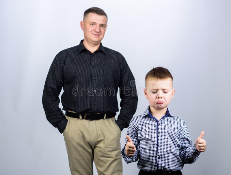 Trauriger Junge kleiner Junge mit Papa Geschäftsmann Vater und Sohn von Geschäftskleidung Männermode Kindheit Vertrauen und Werte stockbilder