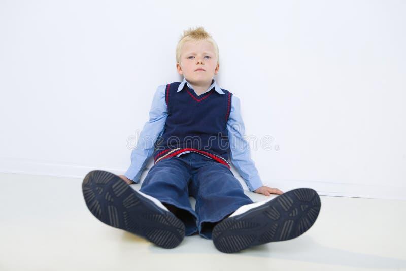 Trauriger junger Junge lizenzfreies stockfoto