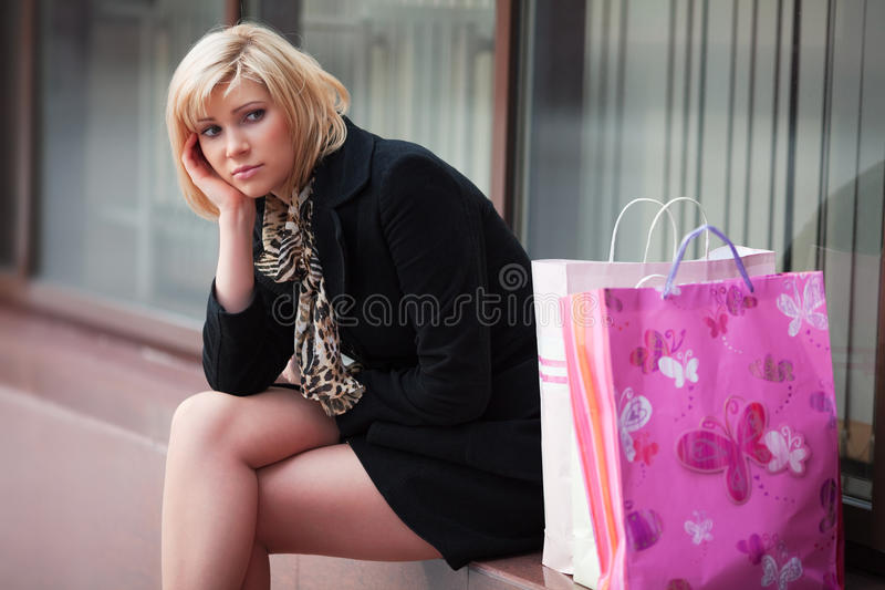 Trauriger junger Käufer. lizenzfreie stockfotografie